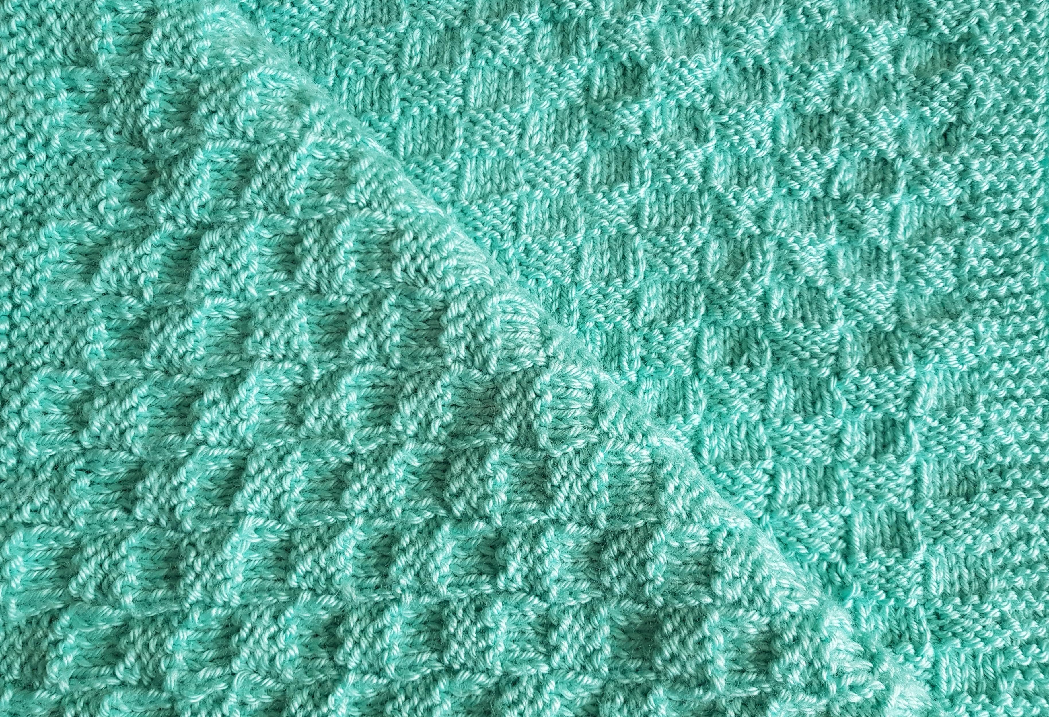 Handgestrickte Babydecke mit ganz einfachem Muster!